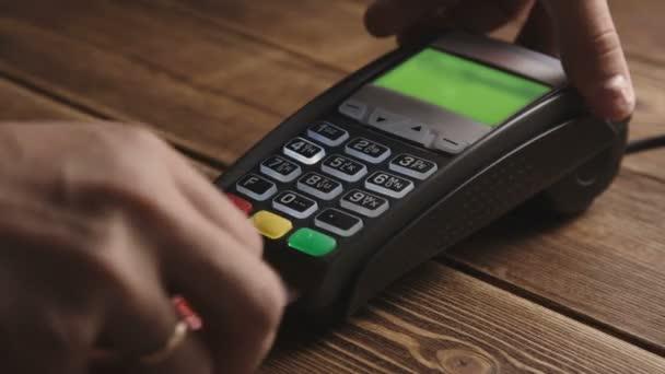 Ruční šlohnutí kreditní karty na POS terminálu