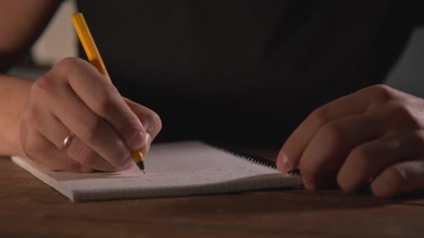 kézírás a jegyzetfüzetben