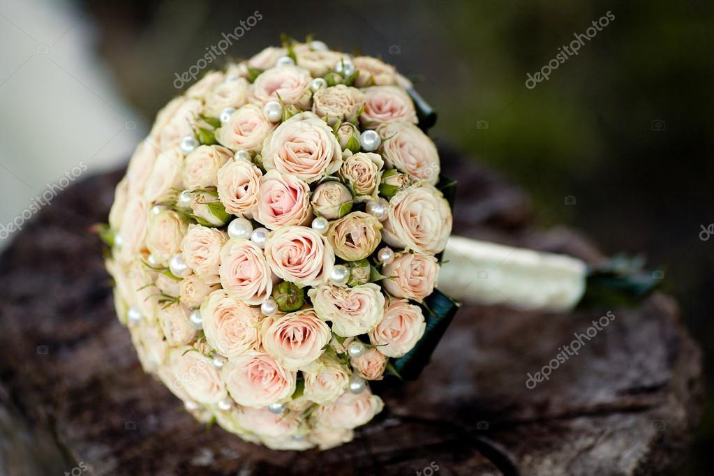 Hochzeitsstrauss Rosen Auf Dem Holz Liegen Stockfoto C Wedphoto