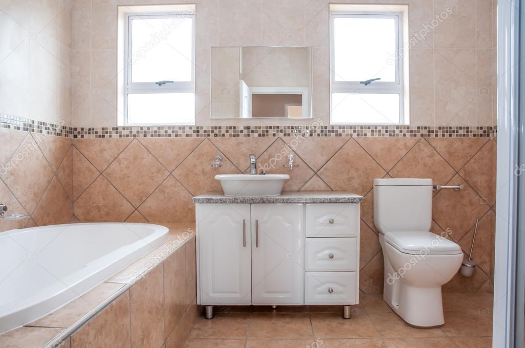Nieuwe badkamer met bad, wastafel, en Toilette — Stockfoto ...