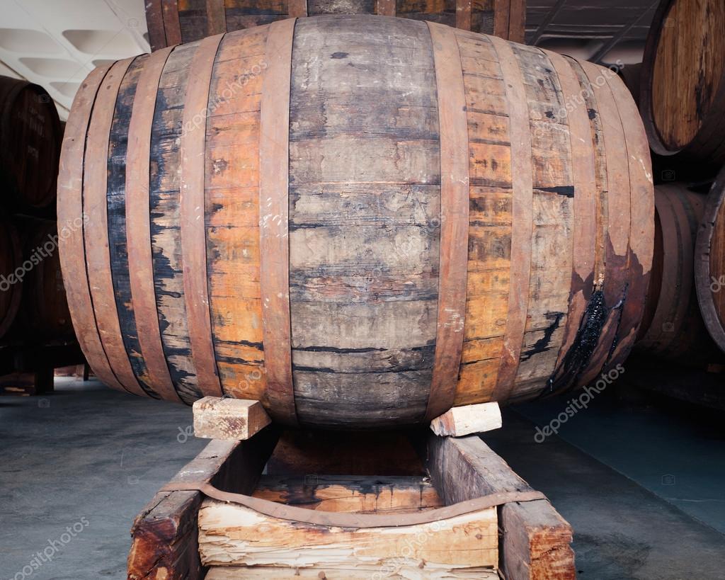 gros vieux tonneau de vin ch ne avec gouttes de vin des traces de fuite contenu s chappent. Black Bedroom Furniture Sets. Home Design Ideas