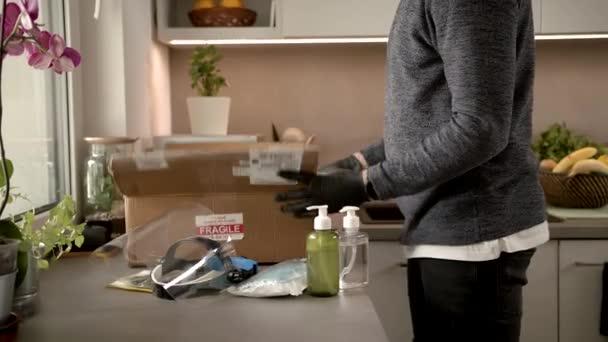 Slowmo: Zanechání balíčku a všechny COVID-19 Ochranné prvky v kuchyni