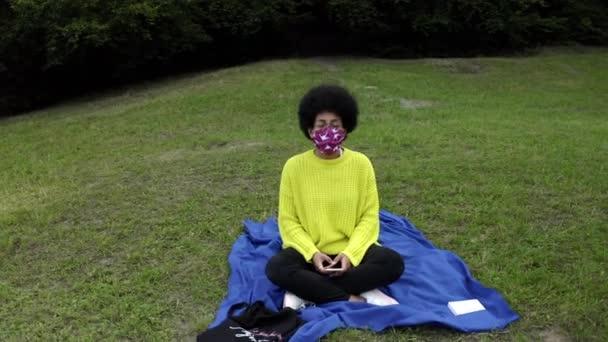 Dospělí Sociální distancing v parku s piknik během pandemie