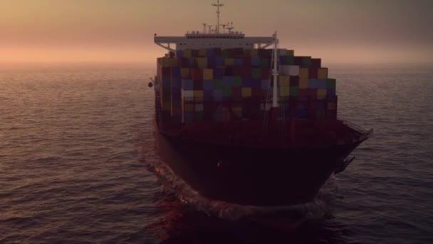 Hajó az óceánban naplementekor
