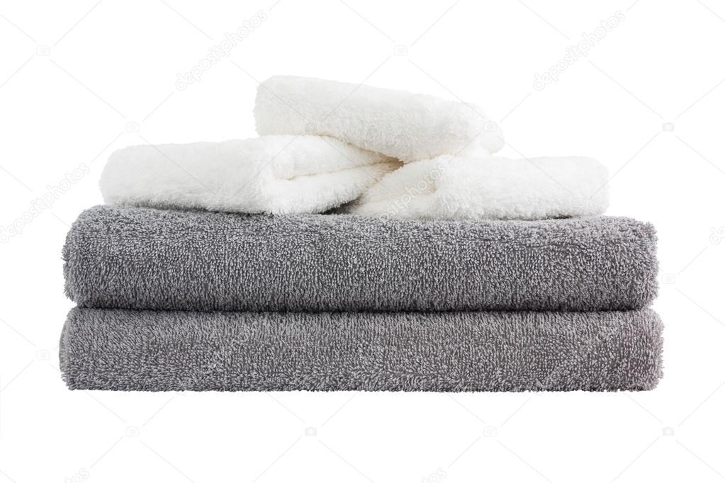 Pila di asciugamani da bagno grigio e bianco. isolato sopra bianco