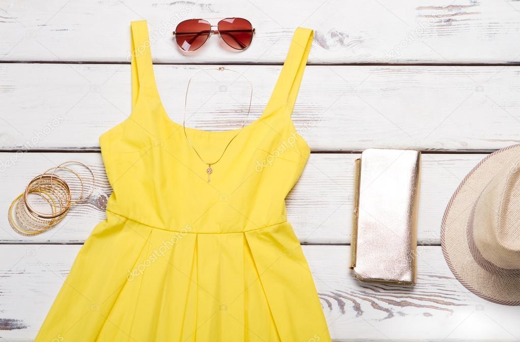 683a07bcd62b Γυναικείο κίτρινο φόρεμα με όμορφη αξεσουάρ. Νέα συλλογή καλοκαιρινά ρούχα  — Εικόνα από margostock