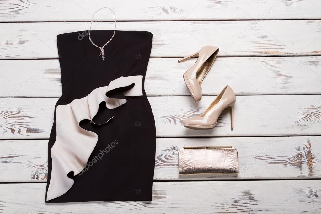 Vestido negro con tacones beige