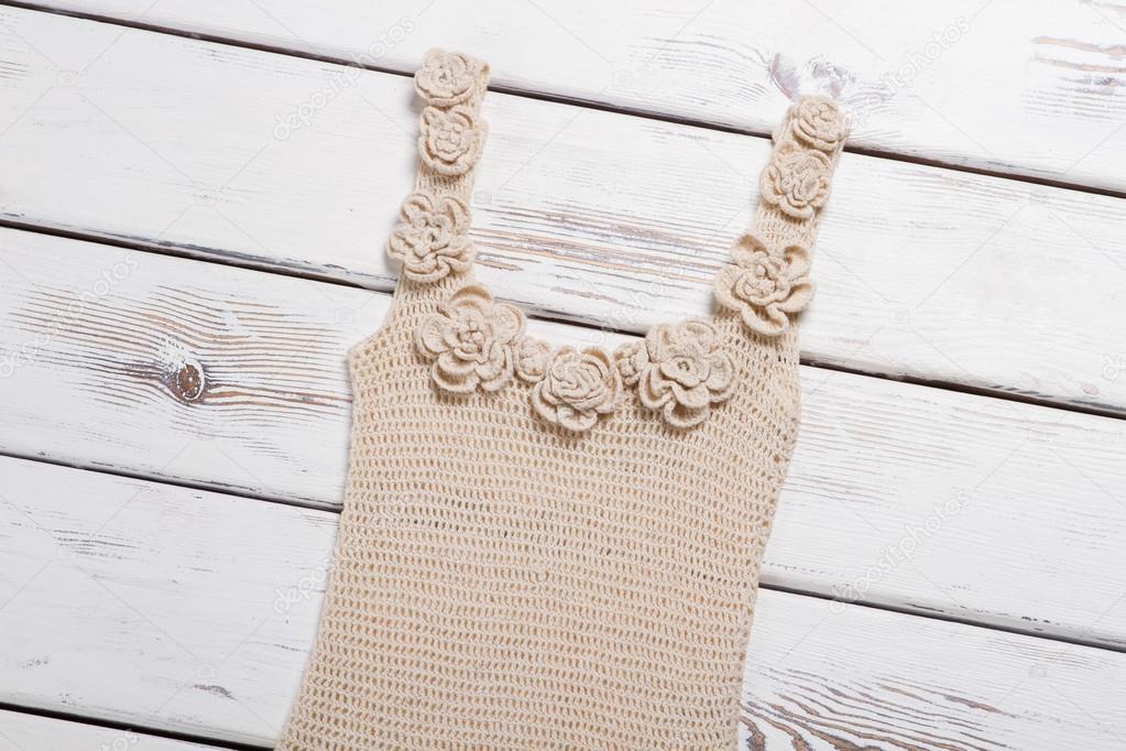 3f43dc3a39 Top de punto de encaje hecho a mano. Ropa de mujer en mesa blanca. Top beige  con flores blancas. Ropa casual para clima cálido — Foto de margostock