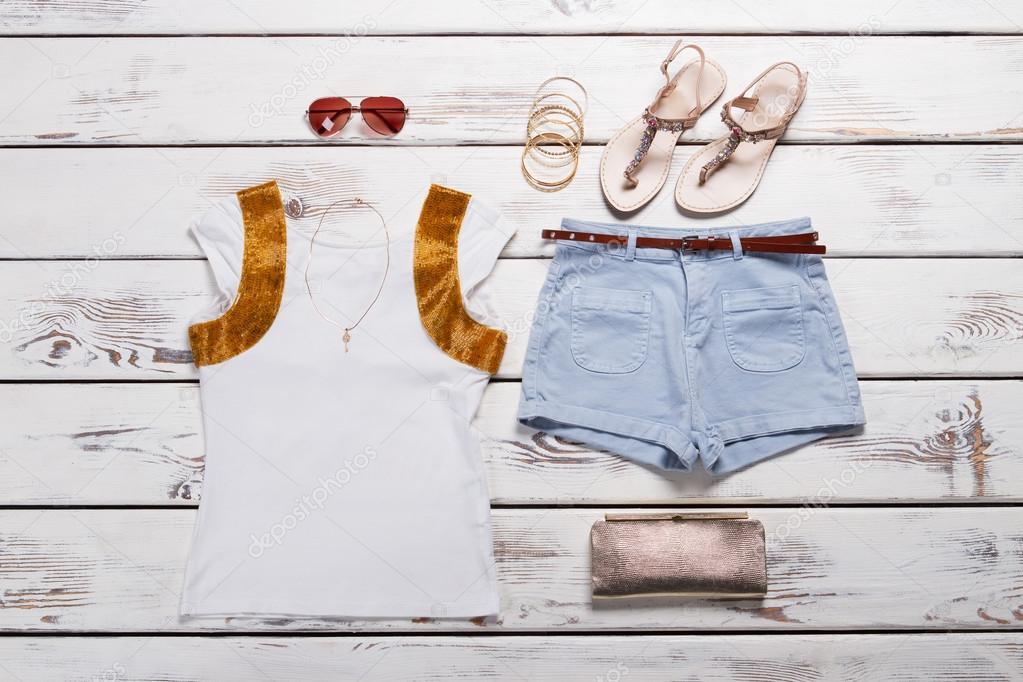 4b2ae865a428 Γυναικεία μοντέρνα ρούχα. Λευκό t-shirt και τζιν σορτσάκι με αξεσουάρ —  Εικόνα από margostock