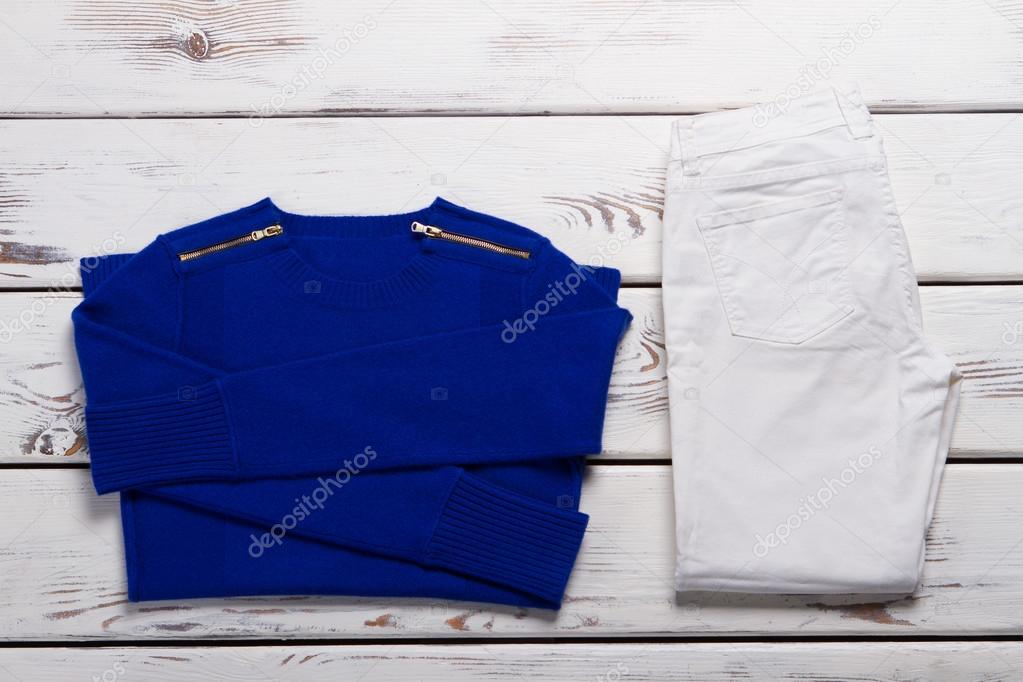 27ae2a677e Niebieski składany sweter i spodnie. Białe spodnie i sweter. Ubrania  damskie na jesień. Ubrania od nowy katalog — Zdjęcie od ...