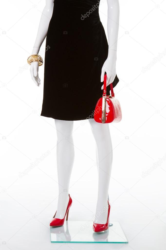 Vestidos negro con zapato rojo