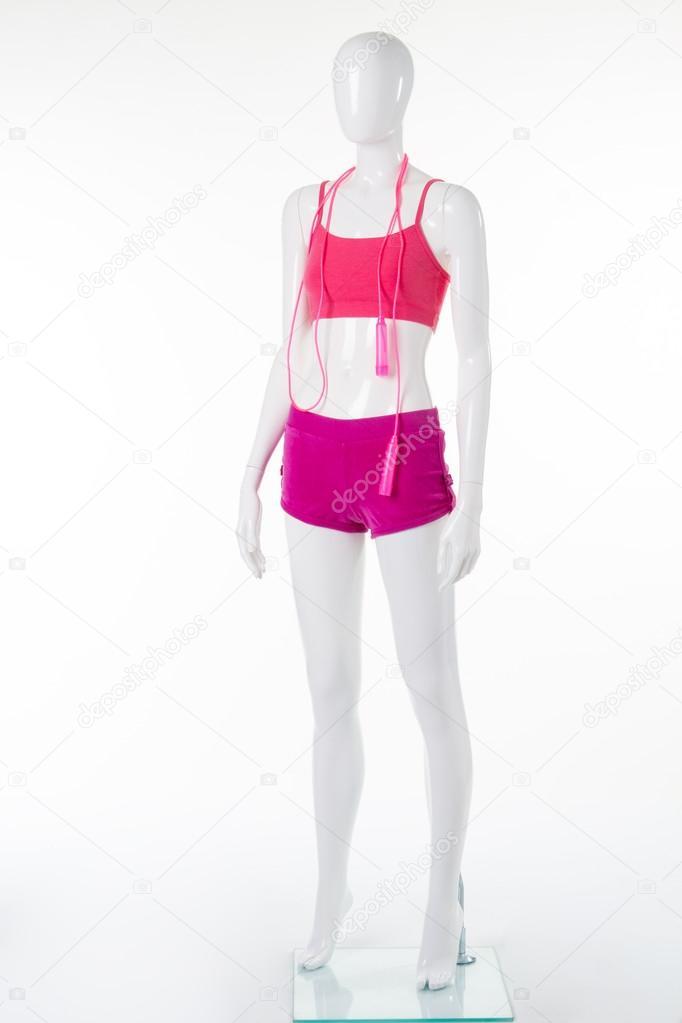 90ad9bbd25b4 Γυναικεία ρούχα σε κατάστημα αθλητικών ειδών — Φωτογραφία Αρχείου ...