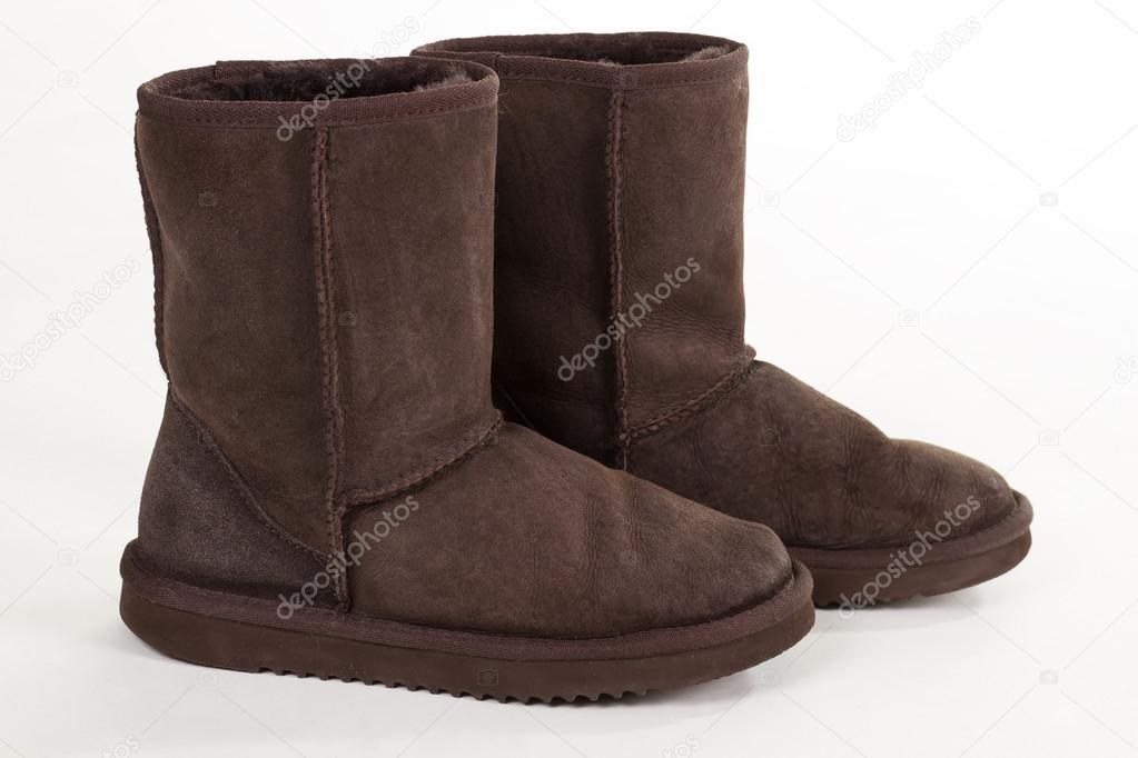 Paar alte Stiefel für Damen. Braune Fellstiefel auf weißem Hintergrund —  Foto von margostock 849a027edf