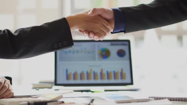 Dva obchodníci v obleku potřásající si rukou po úspěšném vyjednávání, investor, klient, generování, nápad, dohoda, důvěra, investiční partner, boční pohled