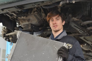 Car mechanic is Changing radiator