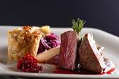 Bistecca di carne di cervo con cavolo rosso