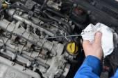 Fotografie mechanik kontrola oleje