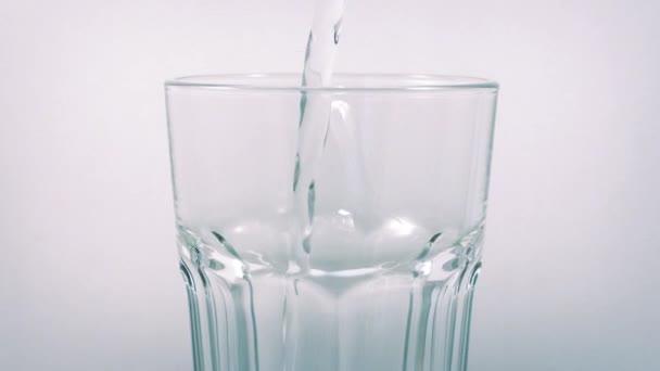 Perlivá voda vylévá do rotující skla