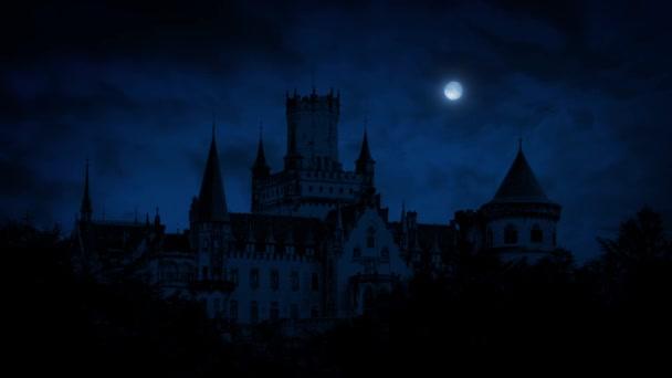 Gotický hrad v noci s úplněk