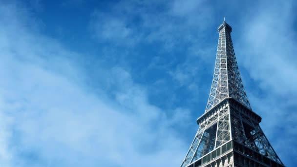 Eiffelova věž s mraky kolem
