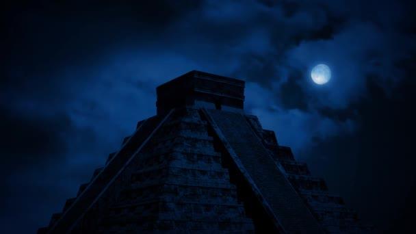 Aztekische Pyramide im Dschungel bei Nacht