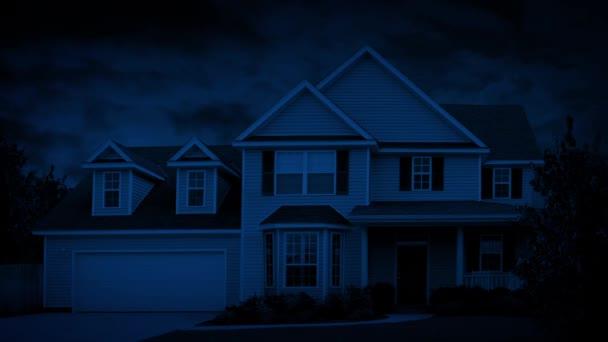 Dům na předměstí na větrné noci