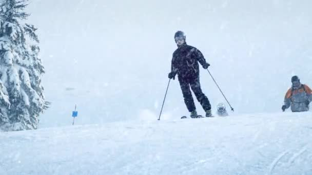 Lyžaři na svahu se sněžení