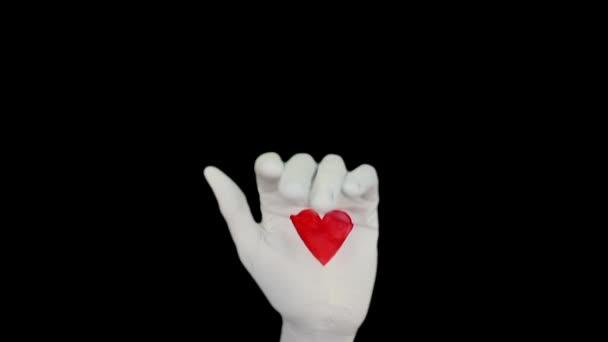 Bílé ruce s bušícím srdcem