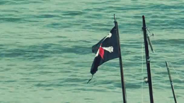 Colpi di bandiera pirata intorno nel vento