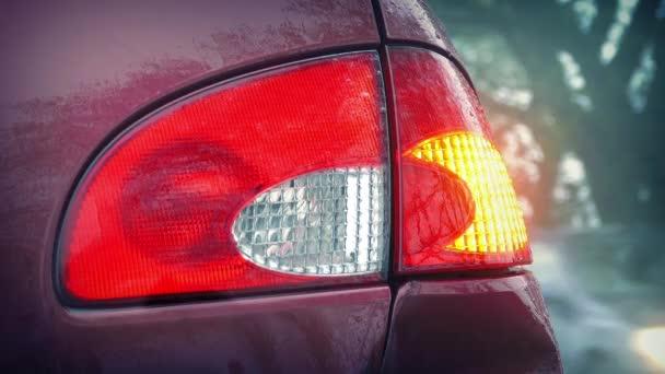 Blikající světlo aut projíždějících aut v dešti