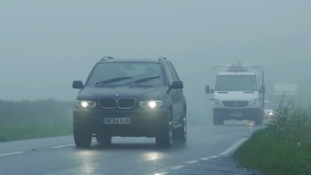 PKW, Transporter und LKW-Pass im dichten Nebel