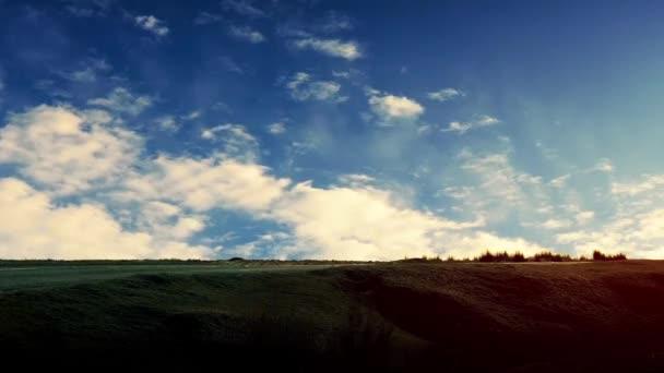 Pár v kabrioletu s dramatickým Timelapse mraky