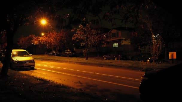 Auta řídit kolem domů v městě v noci