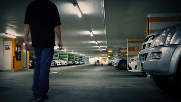 Muž vejde do auta garáže