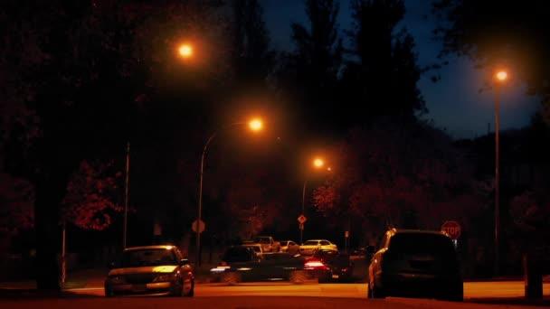 Éjszaka külvárosi áthaladó autók
