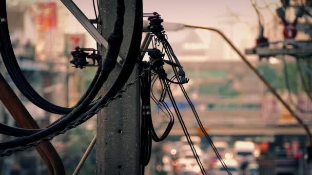 Telefonní pylonu a třpytivé město na horký den