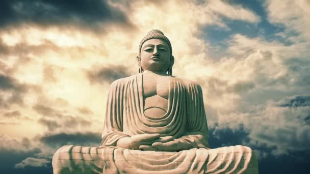 Ülő Buddha szobor a Timelapse drámai ég