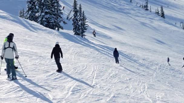 Mnoho lidí lyžování po svahu