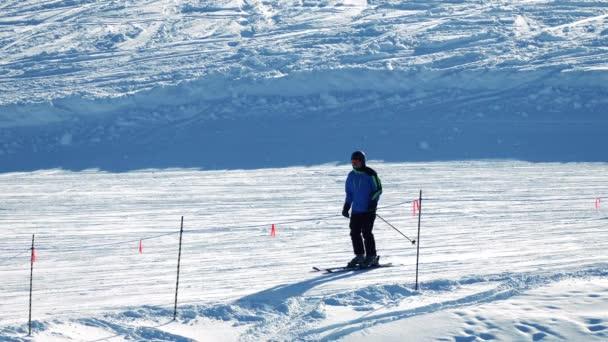 Ski- und Snowboardfahrer auf Piste vorbei