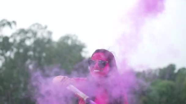 Mädchen spielen indisches Festival Holi Celebration Slowmotion