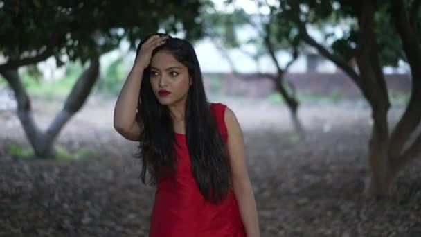 Indisches Mädchen im grünen Feld