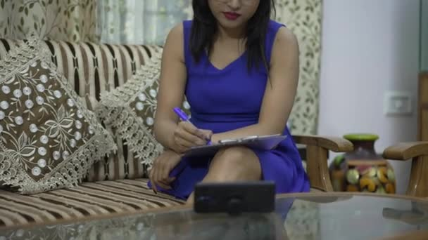 Indiai lány online osztályok otthon