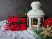 Vánoce a Nový rok pozadí. Dárkové krabice, vánoční ozdoby a bílá lucerna. Snowy blahopřání, prapor, plakát, maketa, rozložení.