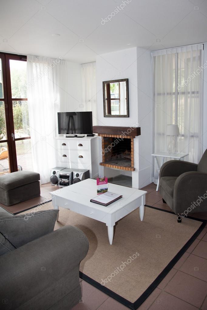 Modernes Wohnzimmer Mit Warmen Farben Zwei Sofas Stockfoto