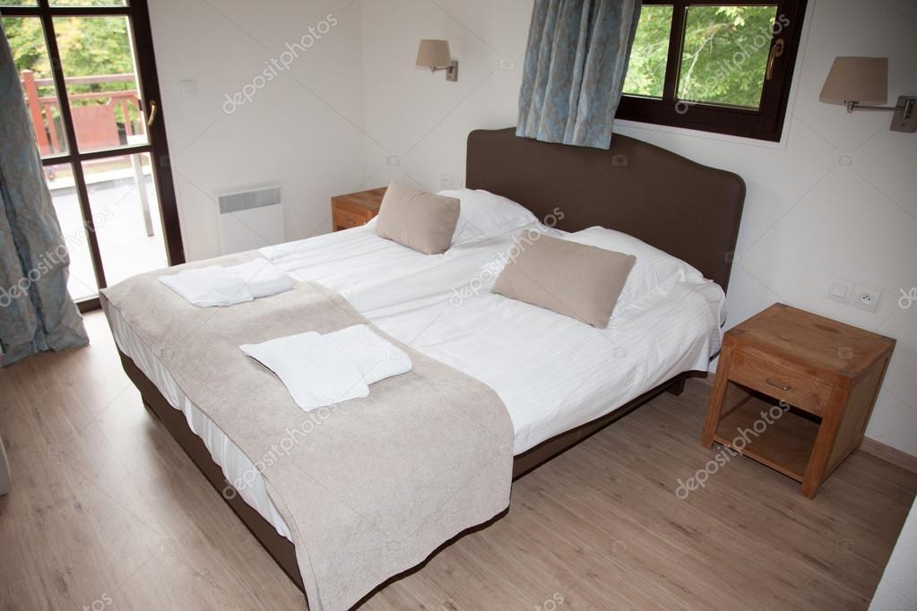 Schlafzimmer-Einrichtung in einem schönen hellen Haus — Stockfoto ...