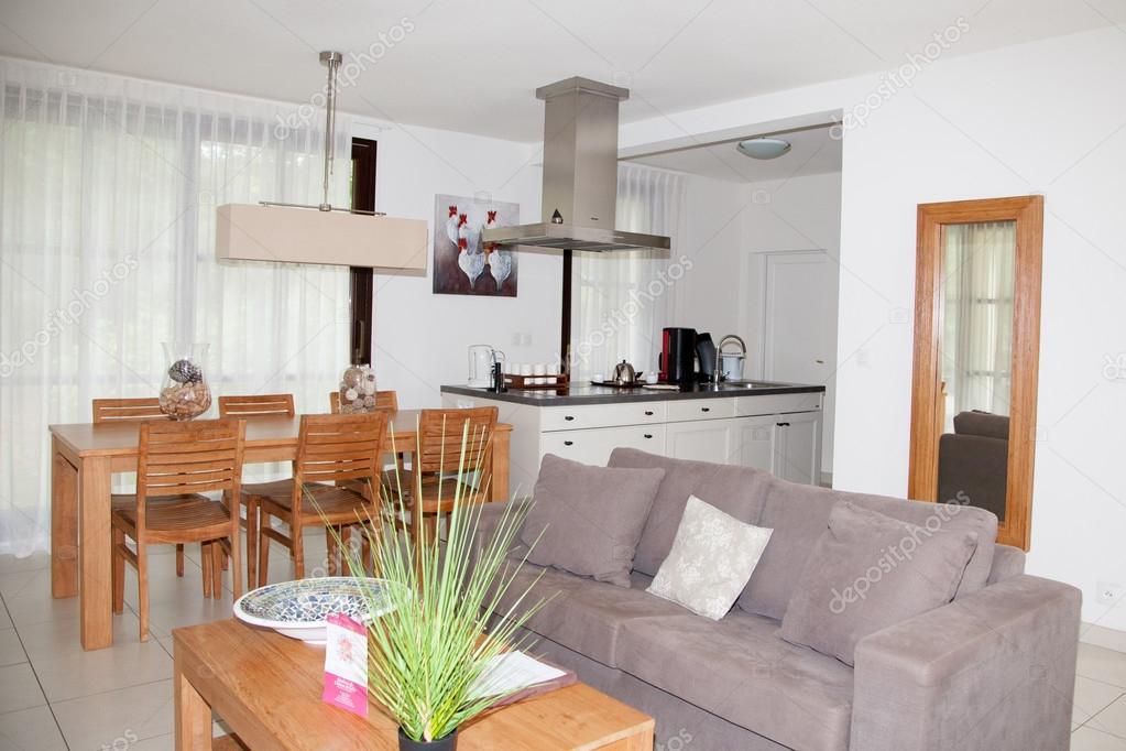 Interno caldo accogliente soggiorno con tavoli e divani ...