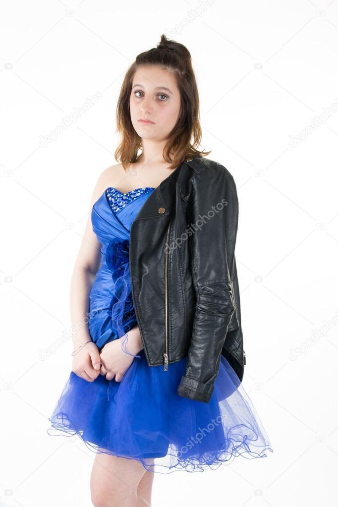 timeless design 7f8ef e3f44 Donna abbastanza giovane che indossa la giacca di pelle nera ...