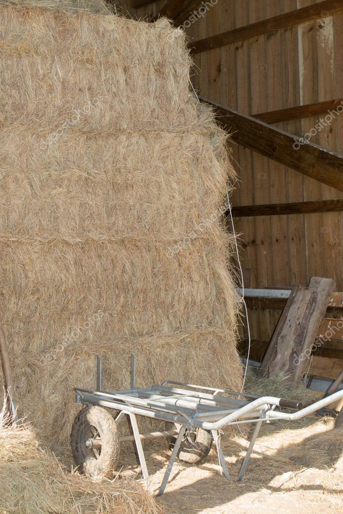 69afa8bcd407d Fardo de palha na fazenda de madeira — Stock Photo © sylv1rob1 ...