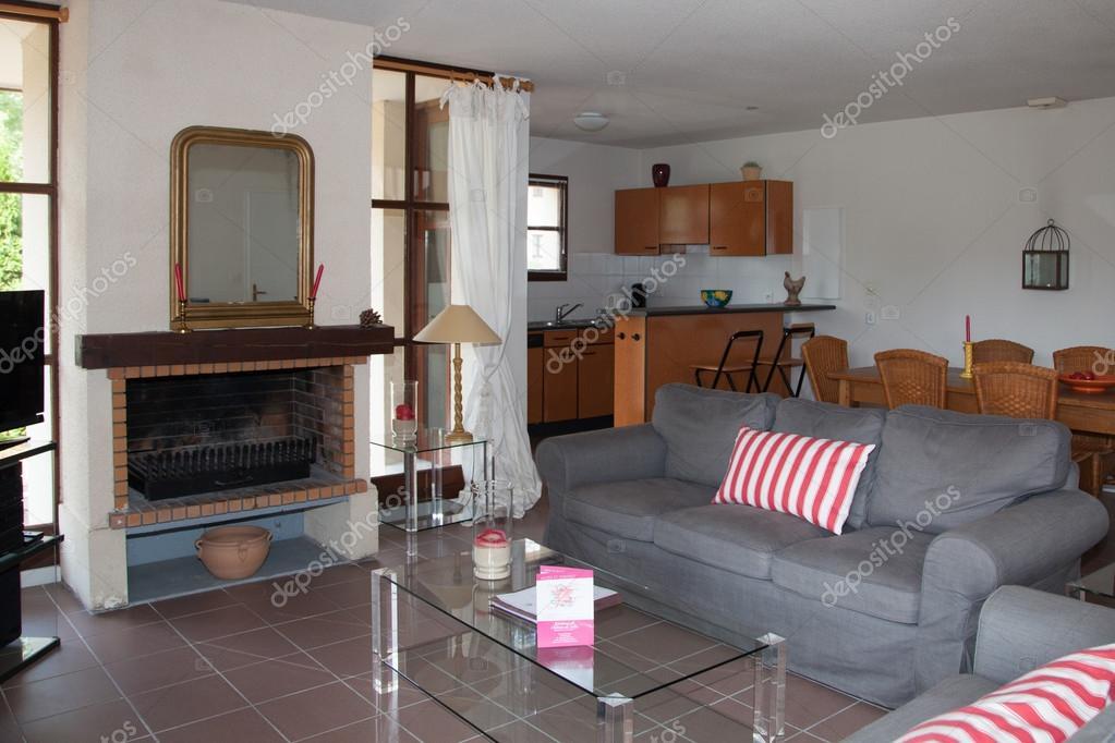 Soggiorno con divano letto in una casa luminosa — Foto Stock ...