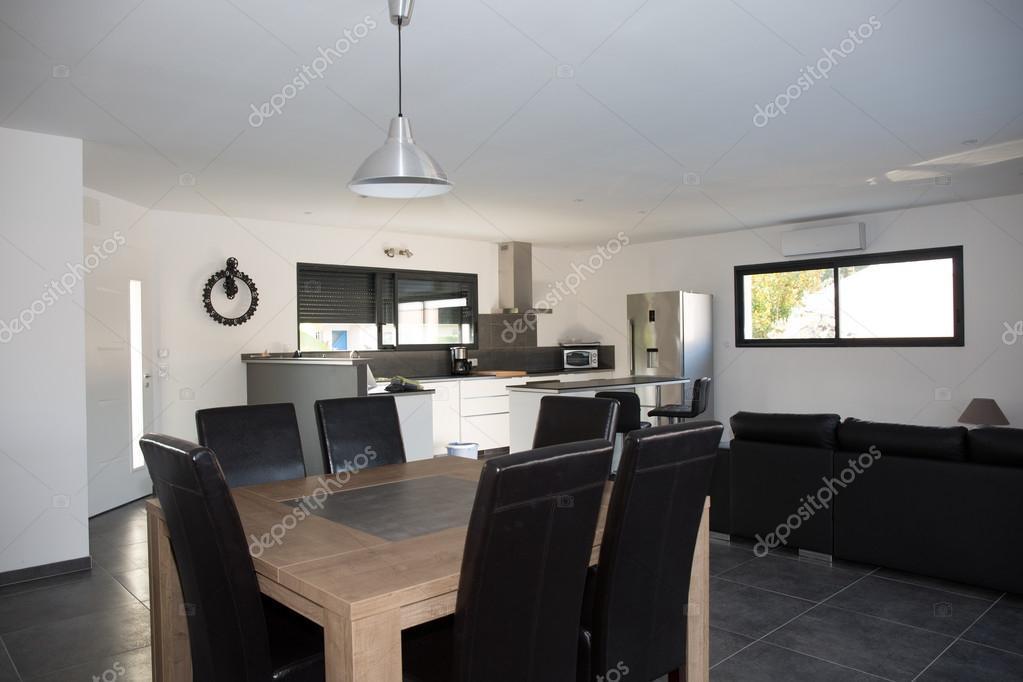 Belle maison, intérieur, vue sur le salon et la cuisine ...